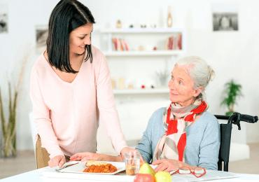Alimentar a una persona con Alzheimer
